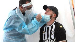 Un homme se soumet à un test de dépistage du Covid-19, à Angers (Maine-et-Loire), le 15 août 2021. (JEAN-FRANCOIS MONIER / AFP)
