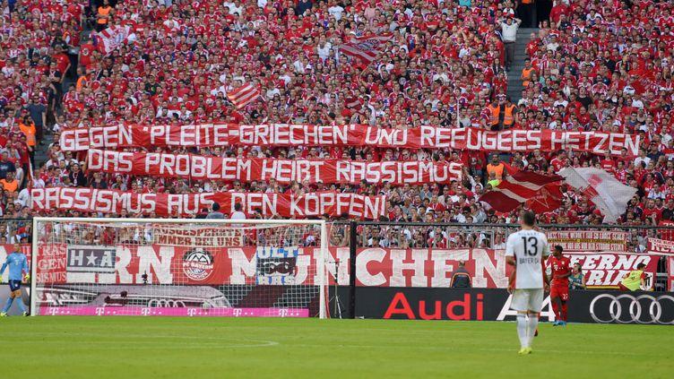 Des supporters du Bayern Munich brandissent une banderole de soutien aux réfugiés, le 29 août 2015 à Munich (Allemagne). (BERND FEIL / M.I.S. / SIPA)