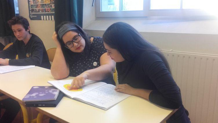 Agathe, étudiante en Master, donne bénévolement 2 heures de cours par semaine au collège Colette Besson à Paris. (SOLENNE LE HEN / RADIO FRANCE)