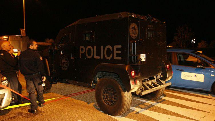 Un véhicule du Raid quitte les lieux de l'assassinat d'un couple de policiers à Magnanville (Yvelines), le 14 juin 2016. (MATTHIEU ALEXANDRE / AFP)