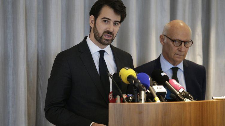 Antonin Lévy (gauche) etPierre Cornut-Gentille, les avocats du couple Fillon, lors d'une conférence de presse, à Paris, le 9 février 2017. (GEOFFROY VAN DER HASSELT / AFP)