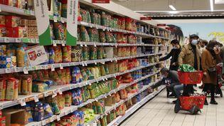 Illustration de paquets de pâtes dans un supermarché. (FABIEN COTTEREAU / MAXPPP)