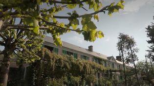 Avec 700 000 entrées par an, c'est le deuxième site le plus visité de Normandie. À Giverny (Eure), les jardins de Monet continuent de fleurir en silence. Malgré le confinement et le coronavirus, il doit toujours être entretenu. (FRANCE 3)