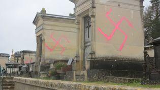 Dans la nuit du 27 au 28 décembre 2020, 67 tombes du cimetière municipal de Fontainebleau ont été taguées avec des croix gammées. (SYLVAIN DELEUZE / MAXPPP)