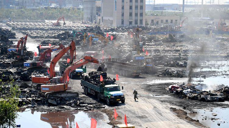 Un départ de feu sur le site des explosions de Tianjin (Chine), le 21 août 2015. (ZHANG CHENLIN / XINHUA / AFP)