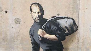 Banksy représente Steve Jobs en migrant sur un mur de Calais (Détail).  (Banksy.co.uk)