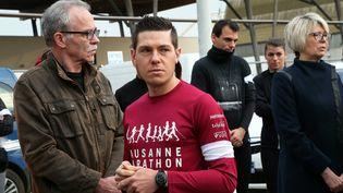 Jonathann Daval, le 4 novembre 2017 à Gray (Haute-Saône), près de ses beaux-parents, Jean-Pierre et Isabelle Fouillot, lors d'une course en hommage à son épouse tuée, Alexia Daval. (MAXPPP)