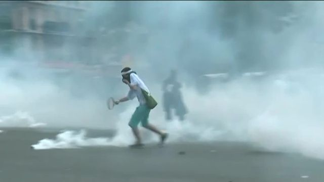 Violentes échauffourées à Paris entre policiers et manifestants masqués et plusieurs arrestations