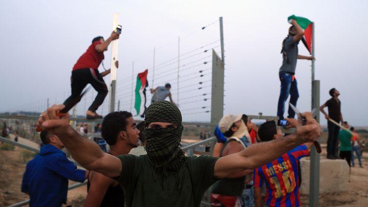 Uncombattant palestinien armé decouteaux dans la bande de Gaza, le 12 octobre 2015. (MOHAMMED ABED / AFP)