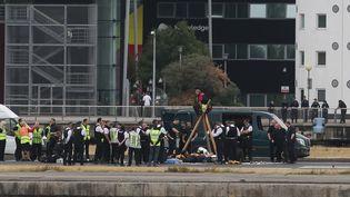 Des manifestants antiracistes devant l'aéroport London City, au Royaume-Uni, mardi 6 septembre 2016. (DANIEL LEAL-OLIVAS / AFP)