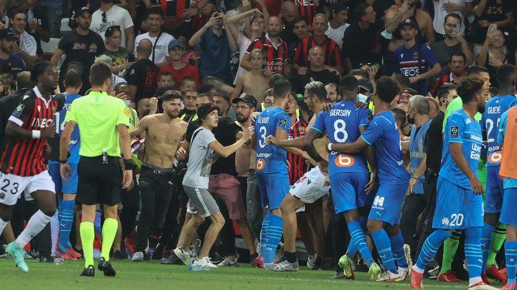 La rencontre entre Nice et Marseille a été interrompue après un envahissement de terrain consécutif à des jets de projectiles envers Dimitri Payet. (VALERY HACHE / AFP)