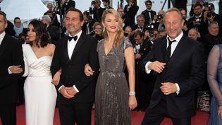 Leila Beckhti, aux côtés de Gilles Lellouche et de Virginie Efira, pour la montéedes marches du palais des Festivals de Cannes (Alpes-Maritimes), le 13 mai 2018. (VILLARD / NIVIERE / SIPA)