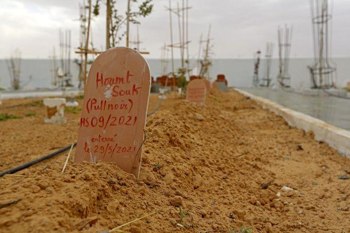 Jardin d'Afrique, cimetière du ud tunisien pour les migrants qui se sont noyés en traversant la Méditerranée dans l'espoir d'une vie meilleure en Europe, le 1er juin 2021. (FATHI NASRI / AFP)