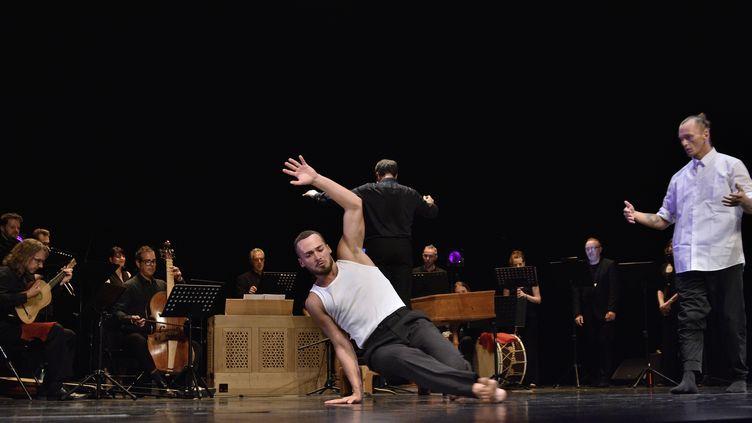 """Un danseur hip-hop dans le spectacle """"Traversées baroques"""" au Pôle en scènes de Bron, le 18 septembre 2021. (BERTRAND PICHENE - FESTIVAL D'AMBRONAY)"""