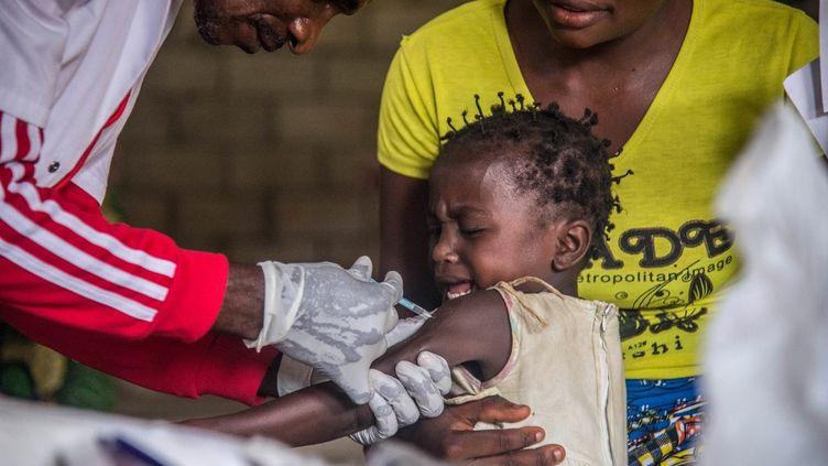 Un enfant reçoit un vaccin contre la rougeole, le 3 mars 2020 en République démocratique du Congo. (JUNIOR KANNAH / AFP)
