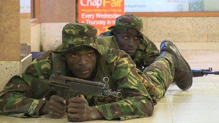 Un soldat des forces spéciales kényanes lors de l'assaut au centre commercial de Westgate, à Nairobi (Kenya), où des terroristes shebabs somaliens mènent une sanglante attaque depuis le samedi 21 septembre 2013.  (NICHOLE SOBECKI / AFPTV / AFP)
