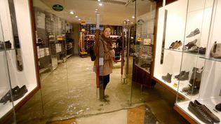 """Une boutique de chaussures sous les eaux de l""""acqua alta"""", le 15 novembre 2019, à Venise, deux jours après que la cité des Doges ait connu sa plus forte marée depuis 50 ans. (FILIPPO MONTEFORTE / AFP)"""
