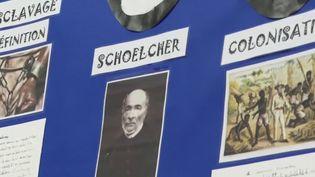 Unebanderole réalisée pardes enfants avec des faits, des dates et des personnages associés à l'abolition de l'esclavage. (France 3)