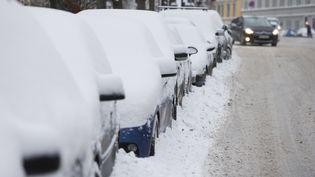 Des voitures couvertes de neige à Oslo (Norvège), le 11 janvier 2016. (BERIT ROALD / AFP)