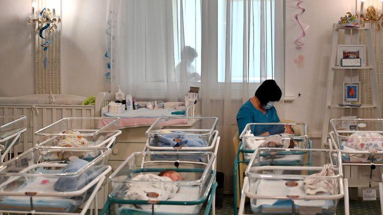 Une infirmière s'occupe des nouveau-nés à l'hôtel Venice de Kiev (Ukraine), le 15 mai 2020. (SERGEI SUPINSKY / AFP)