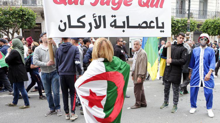 Les Algériens exigent le départ de tous les responsables étroitement associés à l'ancien président Abdelaziz Bouteflika, le 3 mai 2019 à Alger. (FAROUK BATICHE / ANADOLU AGENCY)