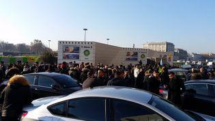Manifestation de chauffeurs de VTC, porte Maillot à Paris, le 17 décembre 2016. (Radio France - Mathilde Lemaire)