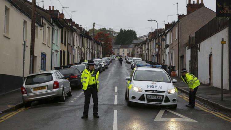 Des policiers à Newport (Royaume-Uni) le 20 septembre 2017, poursuivant l'enquête sur l'attentat dans le métro de Londresqui a eu lieu le 15 septembre. (GEOFF CADDICK / AFP)