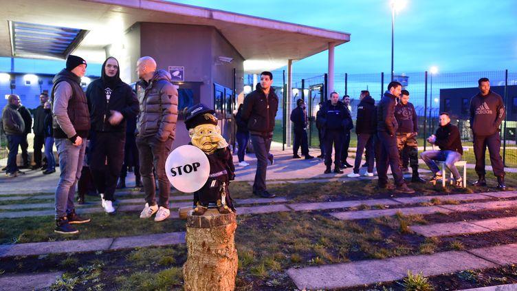 Des surveillants manifestent devant la prison de Condé-sur-Sarthe (Orne), le 6 mars 2019. (JEAN-FRANCOIS MONIER / AFP)
