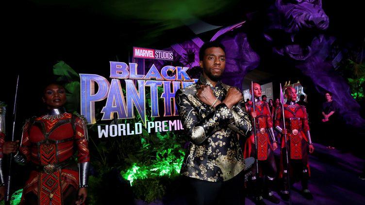 """Chadwick Boseman pose à la première de """"Black Panther"""" à Los Angeles (Californie) le 29 janvier 2018. (MARIO ANZUONI / REUTERS)"""