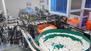 Un ouvrier produit des kits de tests pour le coronavirus Covid-19 à Nantong, dans la province orientale du Jiangsu, en Chine, le 9 mars 2020. (STR / AFP)