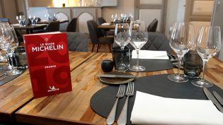 Le Guide Michelin 2019 pour la France est posé sur une table de restaurant, àSaint-Mont (Gers), le 13 mai 2019. (SEBASTIEN LAPEYRERE / HANS LUCAS / AFP)