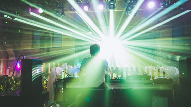 Un DJ face à son public, en juin 2018. (STEVEN FERDMAN / GETTY IMAGES NORTH AMERICA)