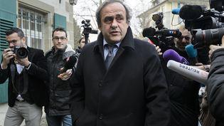 Michel Platini assailli de journalistes, le 8 décembre 2015 à Lausanne (Suisse). (FABRICE COFFRINI / AFP)
