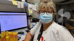 Sendra, pharmacienne depuis 35 ans, dans l'officine où elle travaille à Noisy-le-Grand (Seine-Saint-Denis), le 23 juillet 2020. (BORIS LOUMAGNE / RADIO FRANCE)
