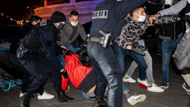 La police évacue des tentes de migrants place de la République, à Paris, le 23 novembre 2020. (JEROME GILLES / NURPHOTO / NURPHOTO VIA AFP)
