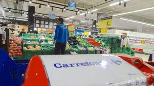 Un supermarché de l'enseigne Carrefour, le 5 mars 2018. (PATRICK LEFEVRE / AFP)