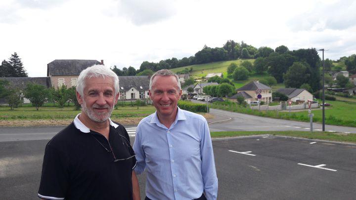 Bernard Combes (à d.), maire socialiste de Tulle, en campagne pour les législatives avec le soutien du maire PSde Saint-Hilaire-Peyroux,Jean-Claude Peyramard (à g.), en juin 2017. (GAELE JOLY / FRANCEINFO)