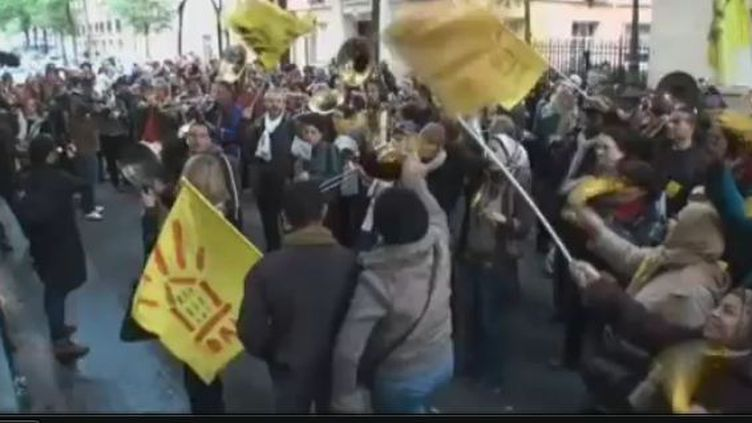 lundi 30 avril 2012 entre 230 personnes selon la police et 300 selon les organisateurs devant le quartier de campagne du candidat Nicolas Sarkozy avant de rallier celui de François Hollande à Paris. (CAPTURE D'ECRAN APTN)