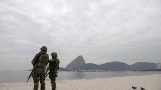 Des marines brésiliens participent aux répétitions du dispositif de sécurité des JO sur une plage de Rio de Janeiro, le 19 juillet 2016. (CHRISTOPHE SIMON / AFP)