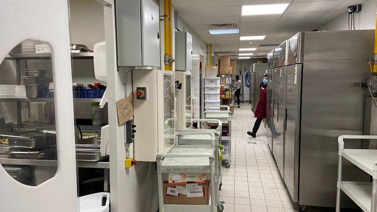 """La""""cuisine fantôme"""" d'un restaurant sans clients, dédiéé à la livraison de repas commandés sur des plateformes, à Paris. (JULIETTE FUMEY / RADIOFRANCE)"""