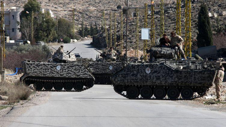 Des chars libanais contrôlent la route qui mène au village de Arsal, à la frontière avec la Syrie, le 2 février 2013. ( BERTRAND GARDEL / AFP)