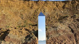 Le monolithe découvert sur une plage de l'ile de Wight en Grande-Bretagne, le 6 décembre 2020 (@ALEXIARFISHWICK / @ALEXIARFISHWICK)