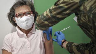 Une femme reçoit une dose du vaccin Moderna contre le Covid-19 à Athènes (Grèce) le 2 avril 2021. (LOUISA GOULIAMAKI / AFP)