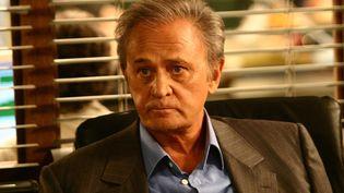 """Le comédien Roger Hanin sur le tournage de la série """"Navarro"""" en 2005. (FRANCOIS PUGNET / TF1 / SIPA)"""
