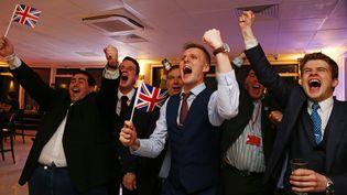 Des partisans du Brexit exultent à l'arrivée des résultats du référendum sur la sortie du Royaume-Uni de l'Union européenne, le 24 juin 2016 à Londres. (GEOFF CADDICK / AFP)