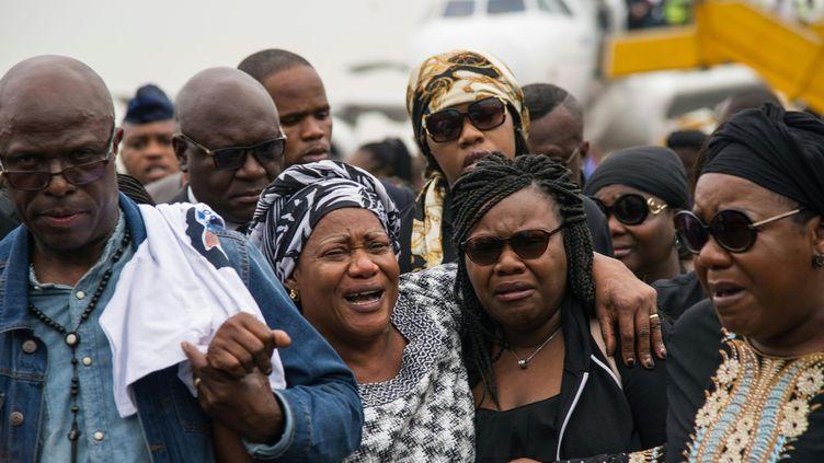 La veuve de Papa Wemba Maria Rosa, surnommée Amazone (2e à gauche) et sa fille, à côté d'elle, à l'aéroport Ndjili de Kinshasa pour accueillir la dépouille du roi de la rumba congolaise (28 avril 2016).  (Junior Kannah / AFP)