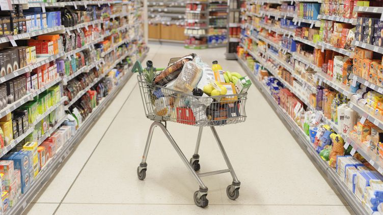 Différentes applications permettent désormais de scanner les codes-barres ou les étiquettes pour vérifier la qualité sanitaire et nutritive des aliments au supermarché. (DAVE AND LES JACOBS / LLOYD DOBBIE / BLEND IMAGES)