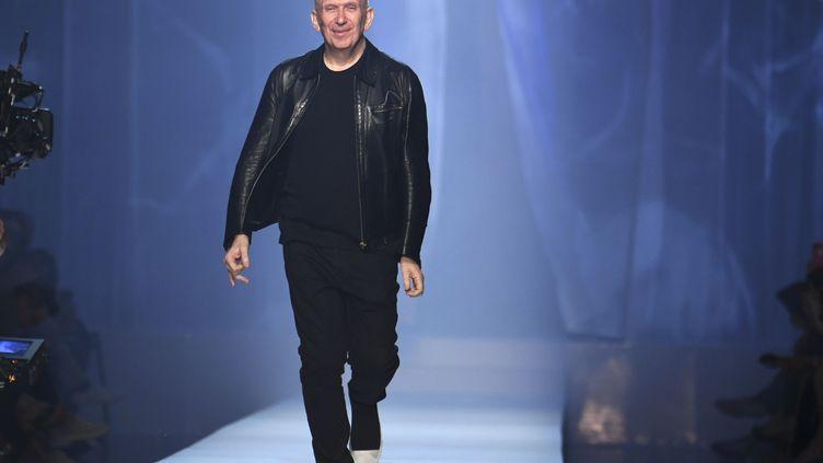 Le créateur Jean-Paul Gaultier vient saluer le public après la présentation de sa collection Automne/Hiver 2018-2019, le 4 juillet 2018 à Paris. (Alain JOCARD / AFP)