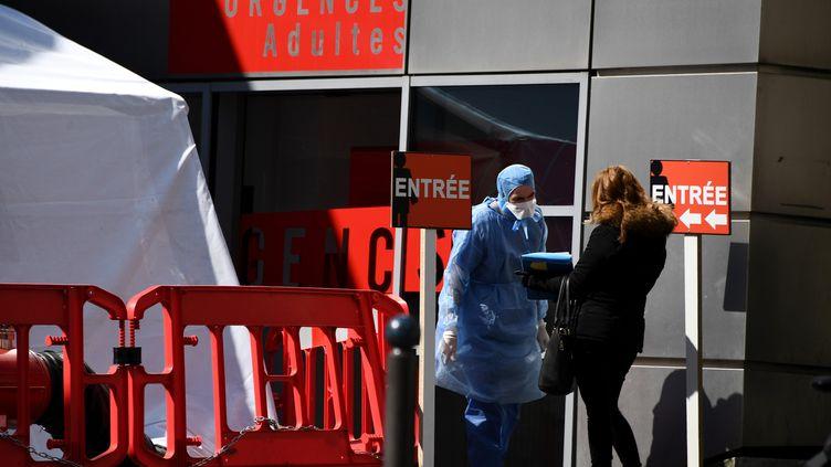 Les urgences de l'hôpital Tenon à Paris n'accueillent quasiment plus que des malades du coronavirus. (FRANCK FIFE / AFP)