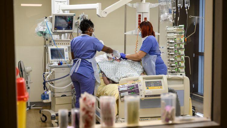 Une équipe médicale s'occupe d'un patient infecté par le Covid-19 à l'hôpital Avicienne de Bobigny, le 8 février 2021. (BERTRAND GUAY / AFP)